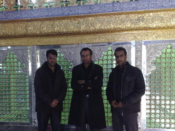 من، علی غلامی و حسن الهی در کنار ضریح امامزاده عبدالله کارشک