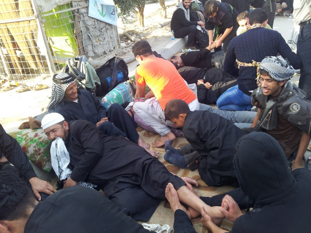 Free Massage for Walkers of Hussein in the Road of Ya Hossein - ماساژ رایگان برای پاهای خسته زائرین