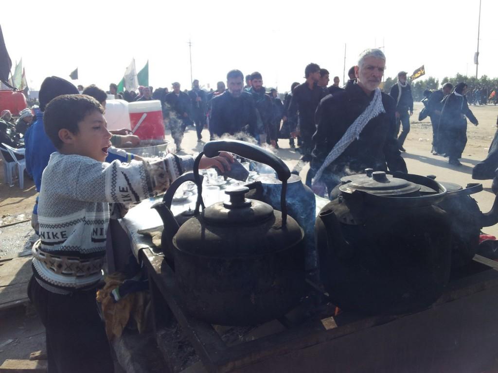 Little Shia Boys Making Tea for Pilgrims - بچه های شیعه عراق با عشق به زائران خدمت می کنند