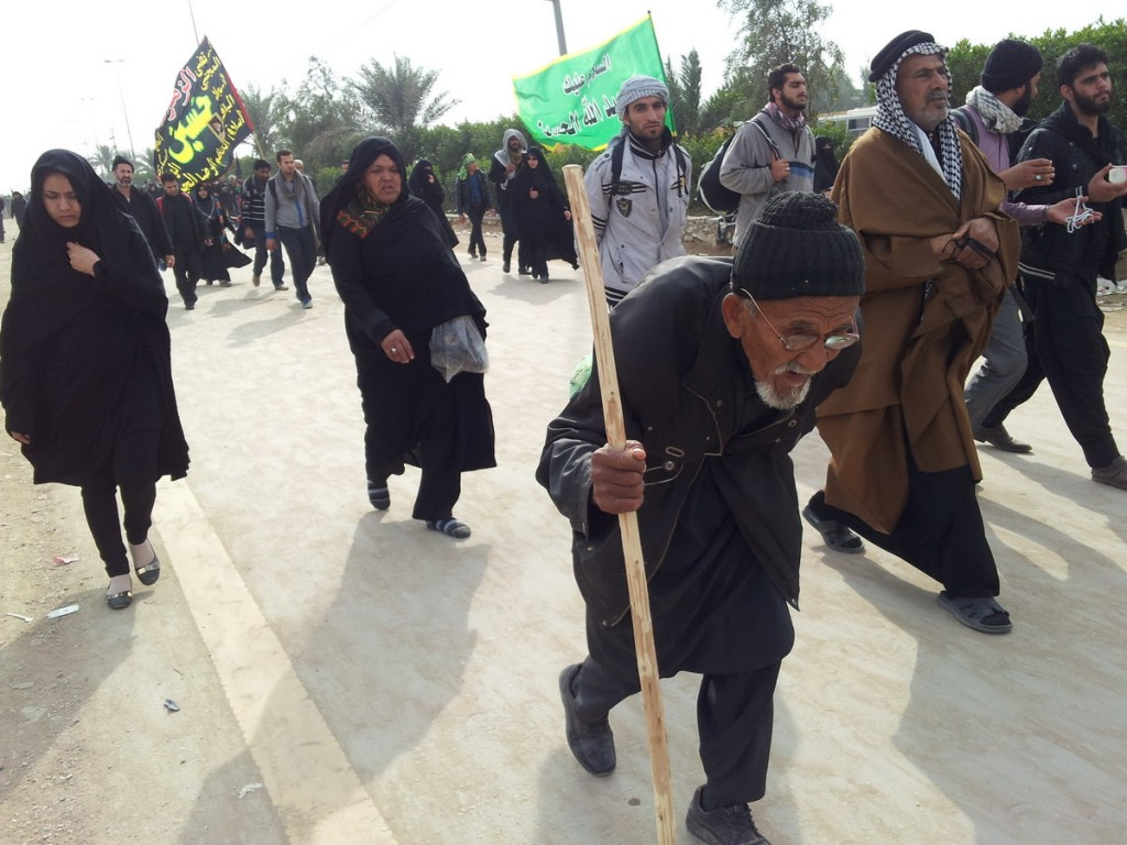20141212_115342_100_Years_old_Man_Walks_Towards_Hussein_Arbaeen_1436
